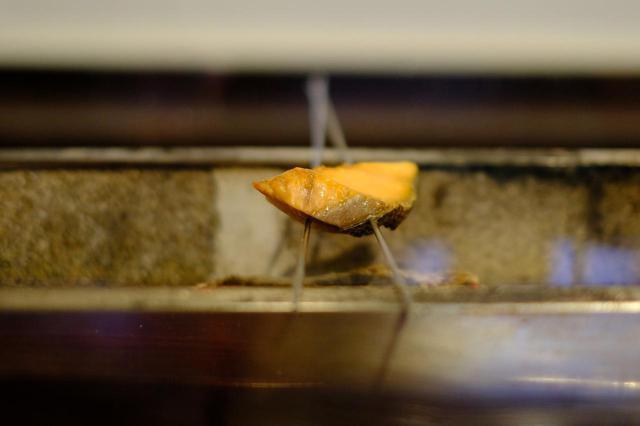 画像: 最後には土鍋ごはんと新多久特製の塩引き鮭。目の前でじっくりと焼かれていきます。