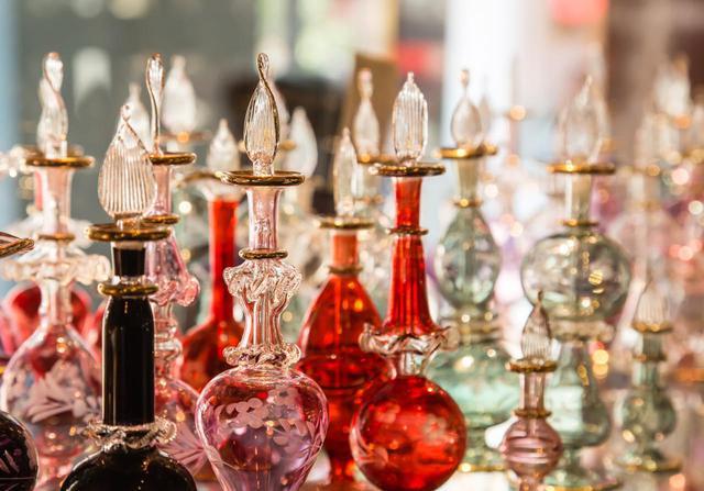画像: かわいい香水瓶も人気のジャマール・カズラ・アロマティックス Shutterstock.com