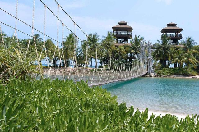 画像: パラワン・ビーチから吊り橋を渡って、アジア大陸最南端ポイントの展望台へ