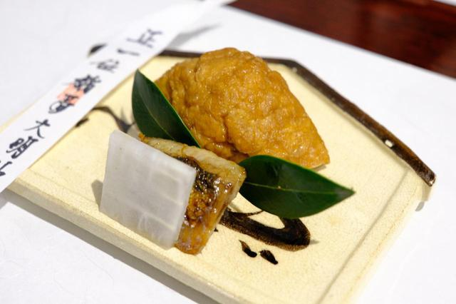 画像: お昼のランチコースは3,000円から。コースメニューには季節ごと、その日ごとに合わせた食材を使った料理が盛り込まれます。この日のスタートは節句「初午」に合わせた稲荷寿司と新潟の伝統食である糠イワシ。