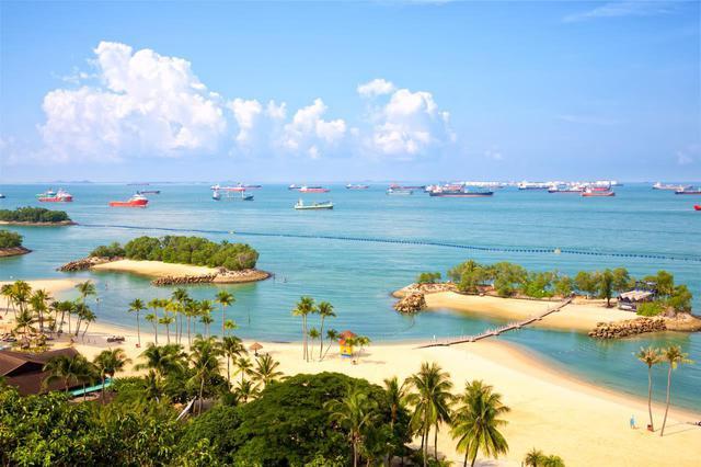 画像: セントーサ島のシロソ・ビーチは白砂がきれい Shutterstock.com
