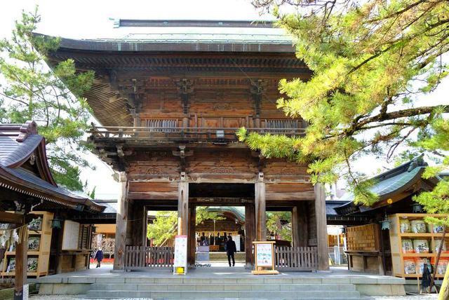 画像: 参道の奥には随神門があり、ここをくぐると本殿が現れます。