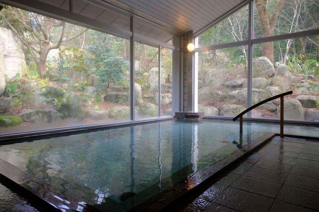 画像: 長生館のお風呂。開湯700年の歴史ある村杉温泉のお湯。無色透明、無臭なので入っている時は普通のお湯のように感じるのですが、上がった後にはじんわりと温まり、翌朝の体調が整う気がしました。