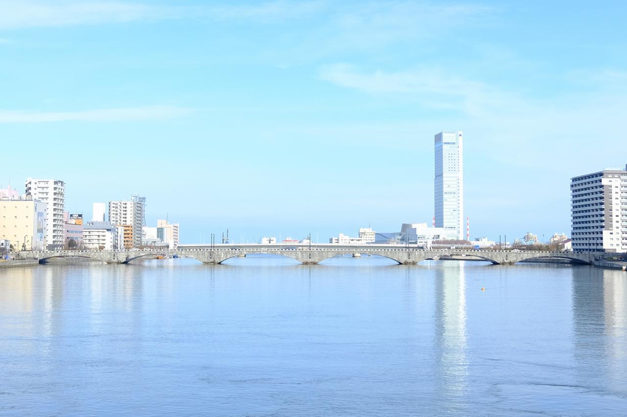画像: 新潟駅前で自転車を借りて、最初に目指すのは「萬代橋」です。
