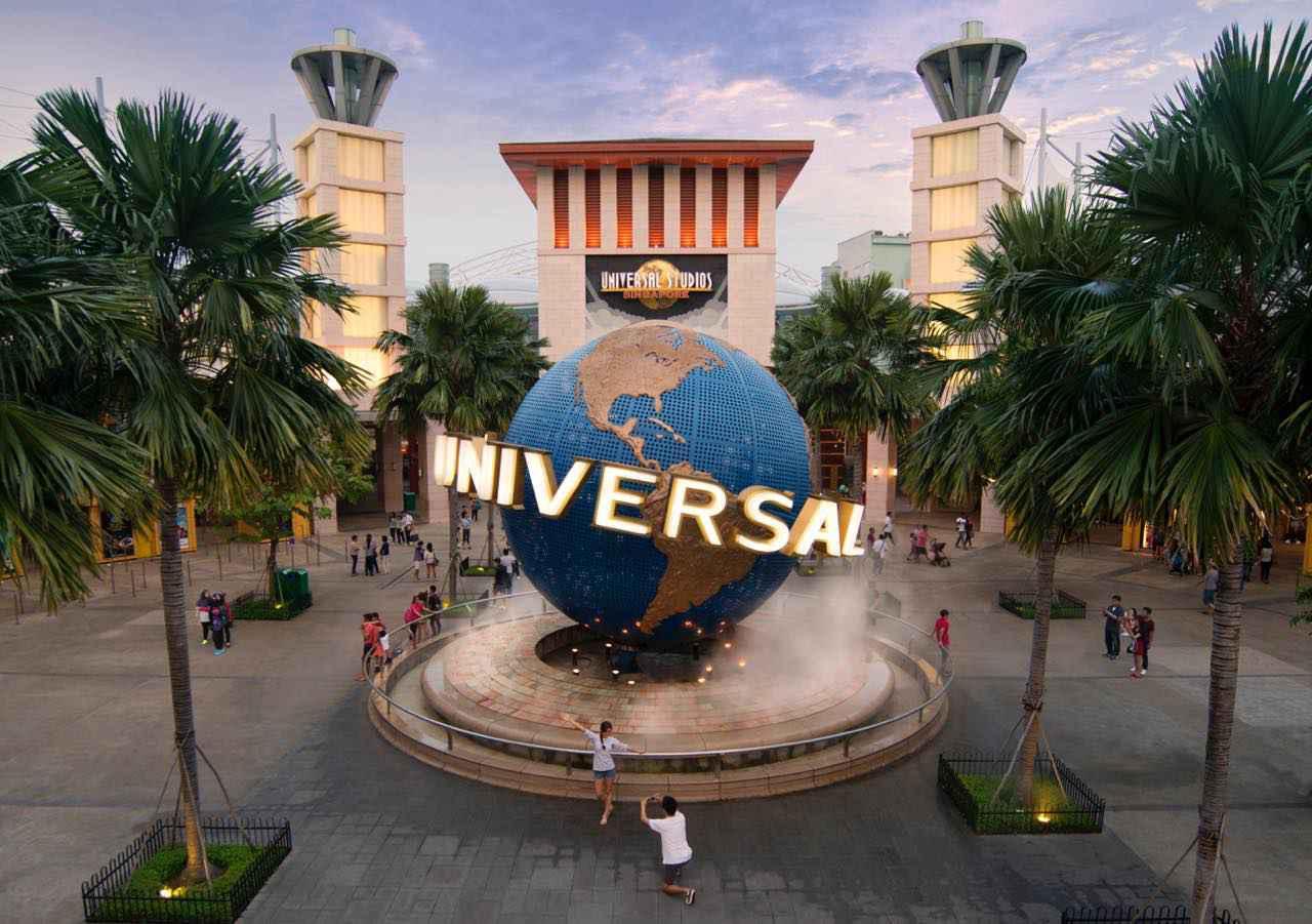 画像: ユニバーサル・スタジオ・シンガポールのエントランスは定番の撮影スポット UNIVERSAL STUDIOS, UNIVERSAL STUDIOS SINGAPORE, Universal Globe logo, and all Universal elements and related indicia & (c) 2020 Universal Studios. All Rights Reserved.