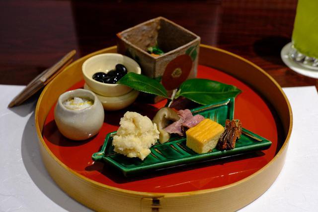画像: 八寸には白子や黒豆、厚焼き玉子などが乗っています。鮭の飯寿司や酒びたしなどの村上鮭も入っていました。