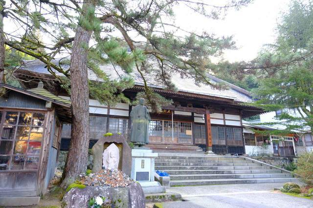 画像: 五頭温泉郷をぐるりと散策。まずは出湯温泉の「華報寺」へ。歴史が古く、鎌倉時代には大きな影響力を持っていた由緒あるお寺だとされています。