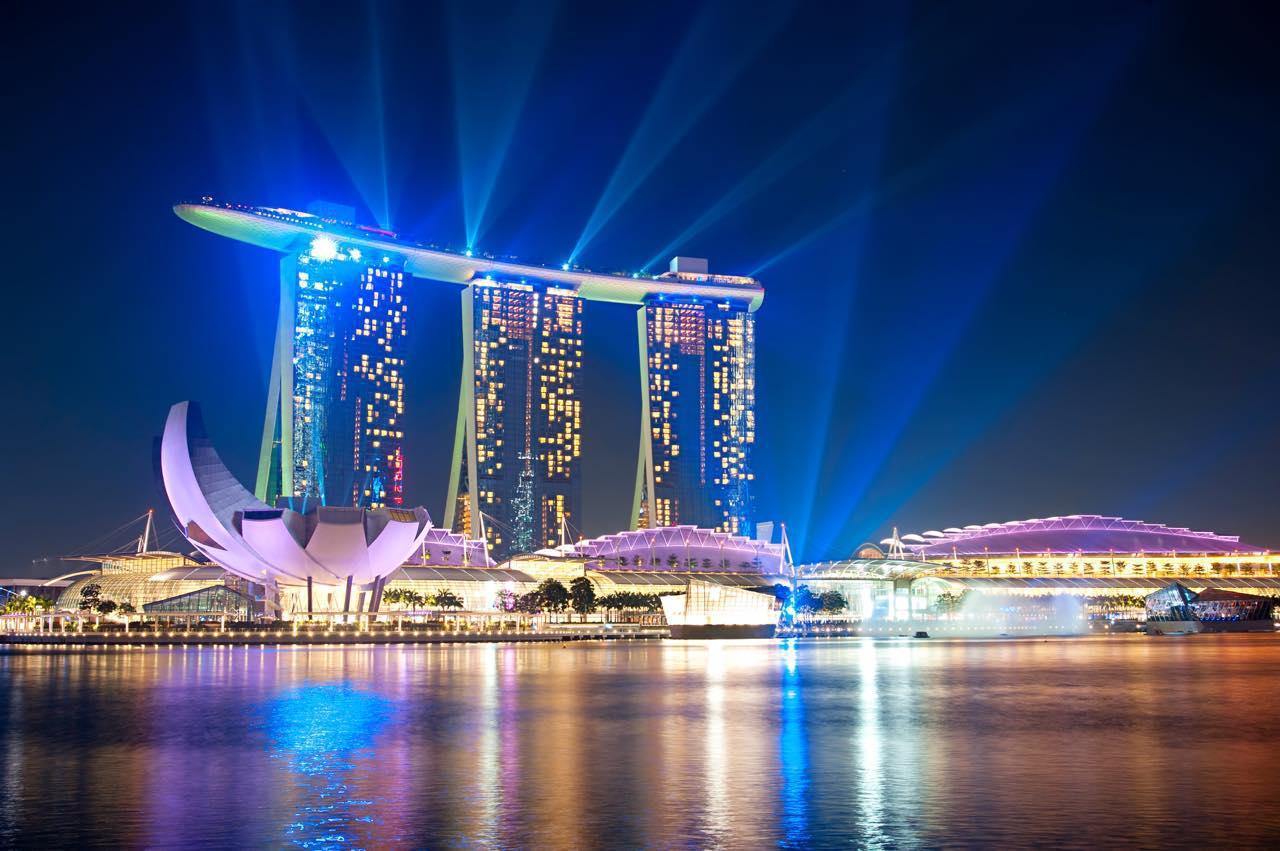 画像: マリーナベイ・サンズのレーザー・ショーは必見 joyfull / Shutterstock.com