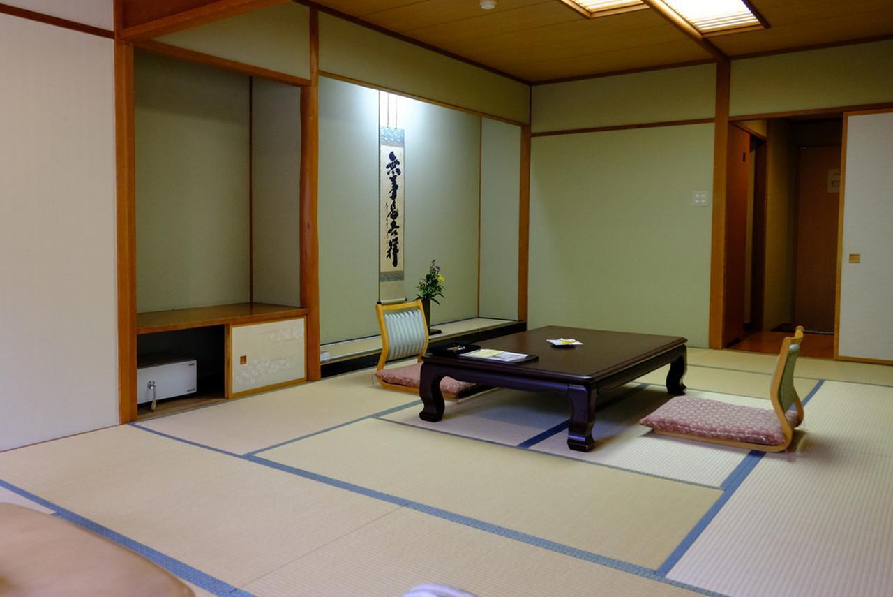 画像: この日のお部屋。広々とした純和室。床の間にはスタッフ皆さんで毎日準備するという、きれいなお花が活けてありました。