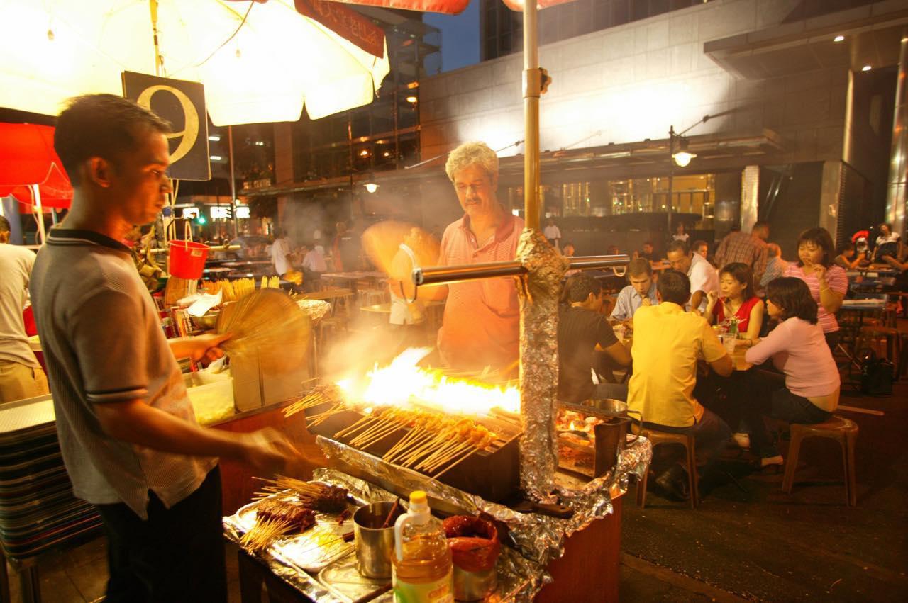画像: 夜にはサテーの屋台が出て賑やかに (c)Singapore Tourism Board