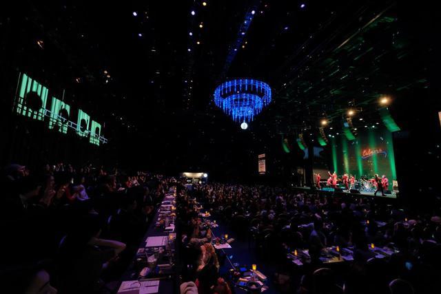 画像: 舞台の中に、ステージと観客席が設置されている。左側に見えるのが、本来の観客席と舞台を仕切るカーテン。
