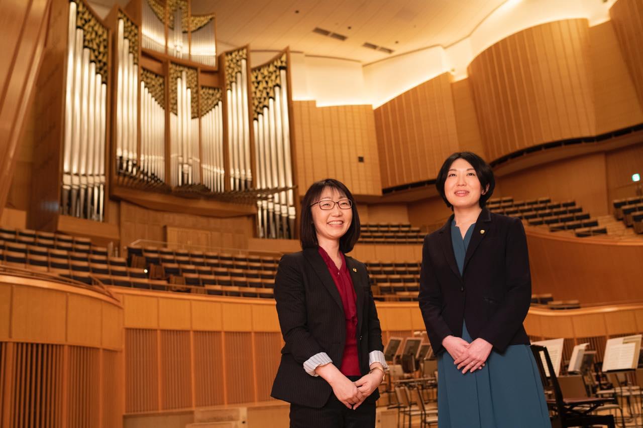 画像: 左から(公財)札幌市芸術文化財団 コンサートホール事業部 管理課業務係長の佐々木 綾子さん、事業課営業係長の菅野 沙弥佳さん