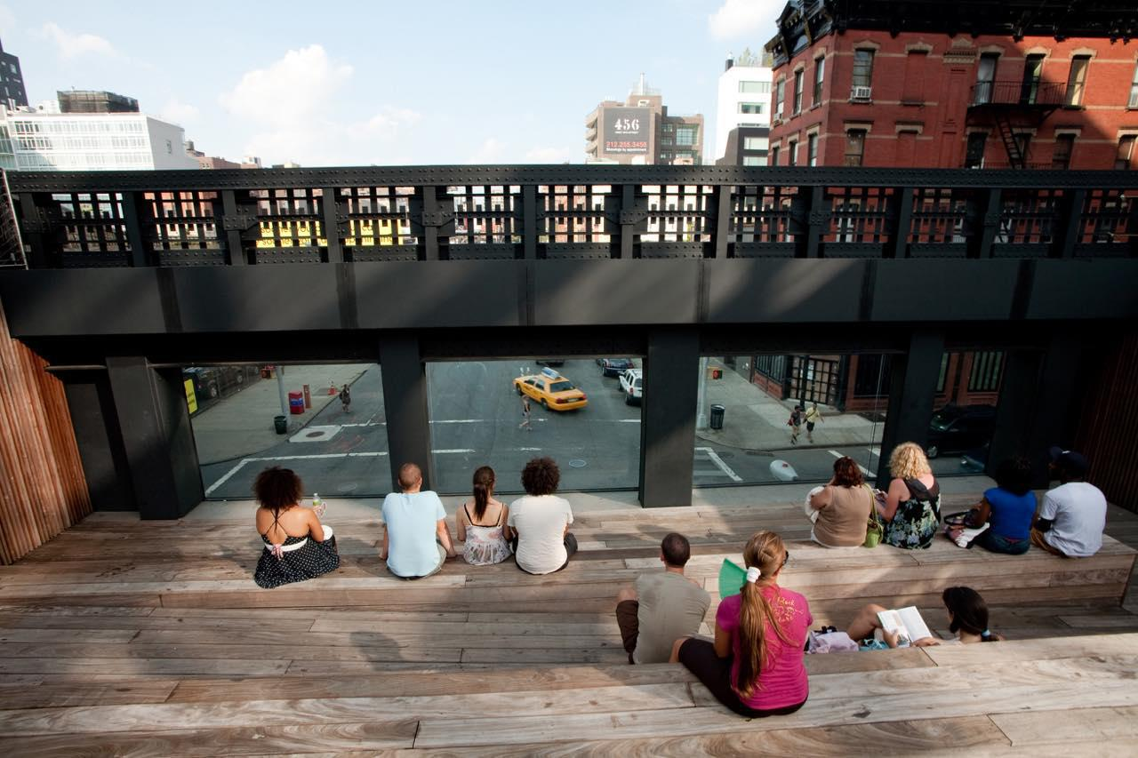 画像: 10番街を眺める展望スペースに腰かけてゆっくり休憩する人も多い (c) Will Steacy/ NYC & Company