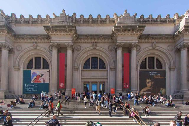 画像: 堂々とした重厚な造りが印象的な美術館の外観 (c) The Metropolitan Museum of Art