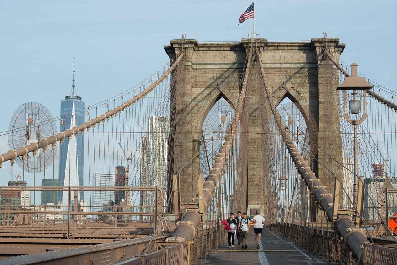 画像: 趣ある木道を歩いて渡る。ところどころに橋に関する説明版があります (c) Julienne Schaer/NYC & Company
