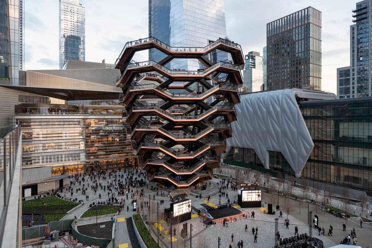 画像: 写真中央に建つ強烈なインパクトの建物がハドソン・ヤード・ベッセル (c) TIM SCHENCK