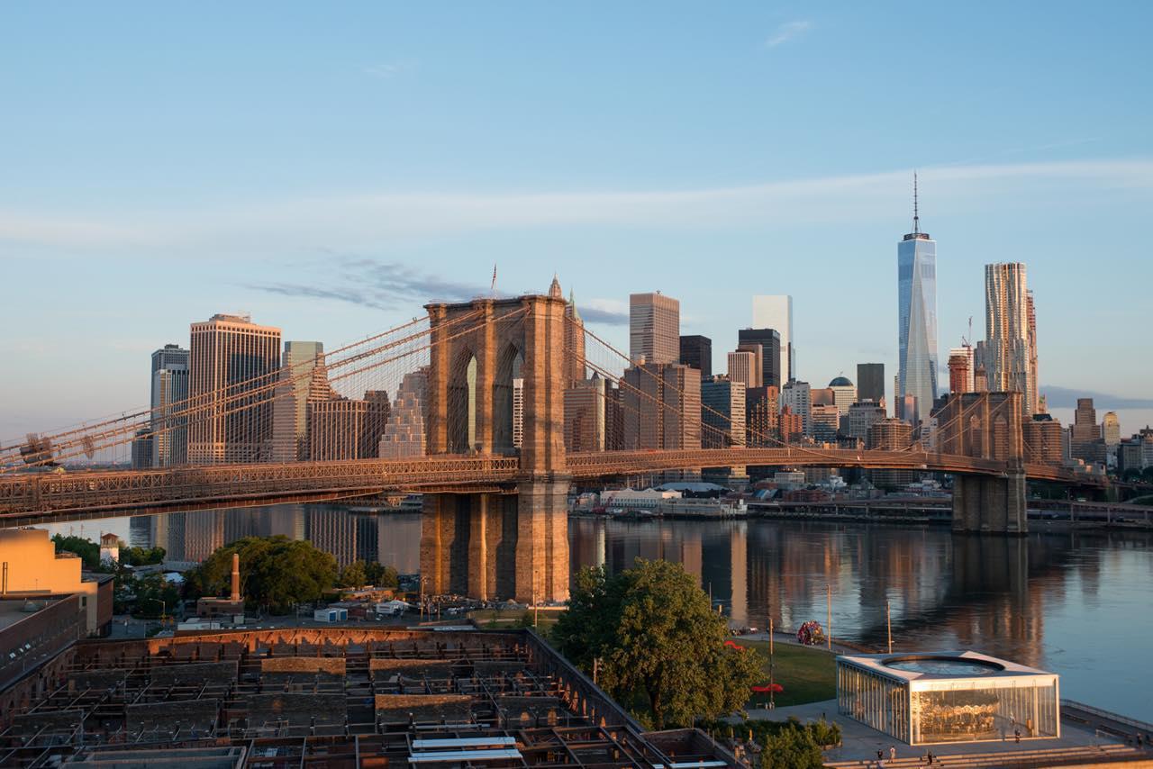 画像: ロウアー・マンハッタンとブルックリンのダンボ地区を結びます (c) Julienne Schaer/NYC & Company