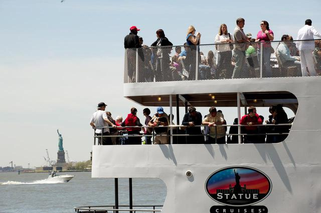 画像: 船で徐々に女神像が立つリバティ島に近づいていきます (c) Marley White/NYC & Company