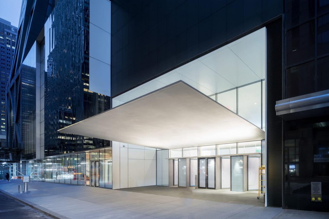 画像: 新しくキャノピーが加わったエントランス Exterior view of The Museum of Modern Art, 53rd Street Entrance Canopy The Museum of Modern Art Renovation and Expansion Designed by Diller Scofidio + Renfro in collaboration with Gensler Photography by Iwan Baan, Courtesy of MoMA