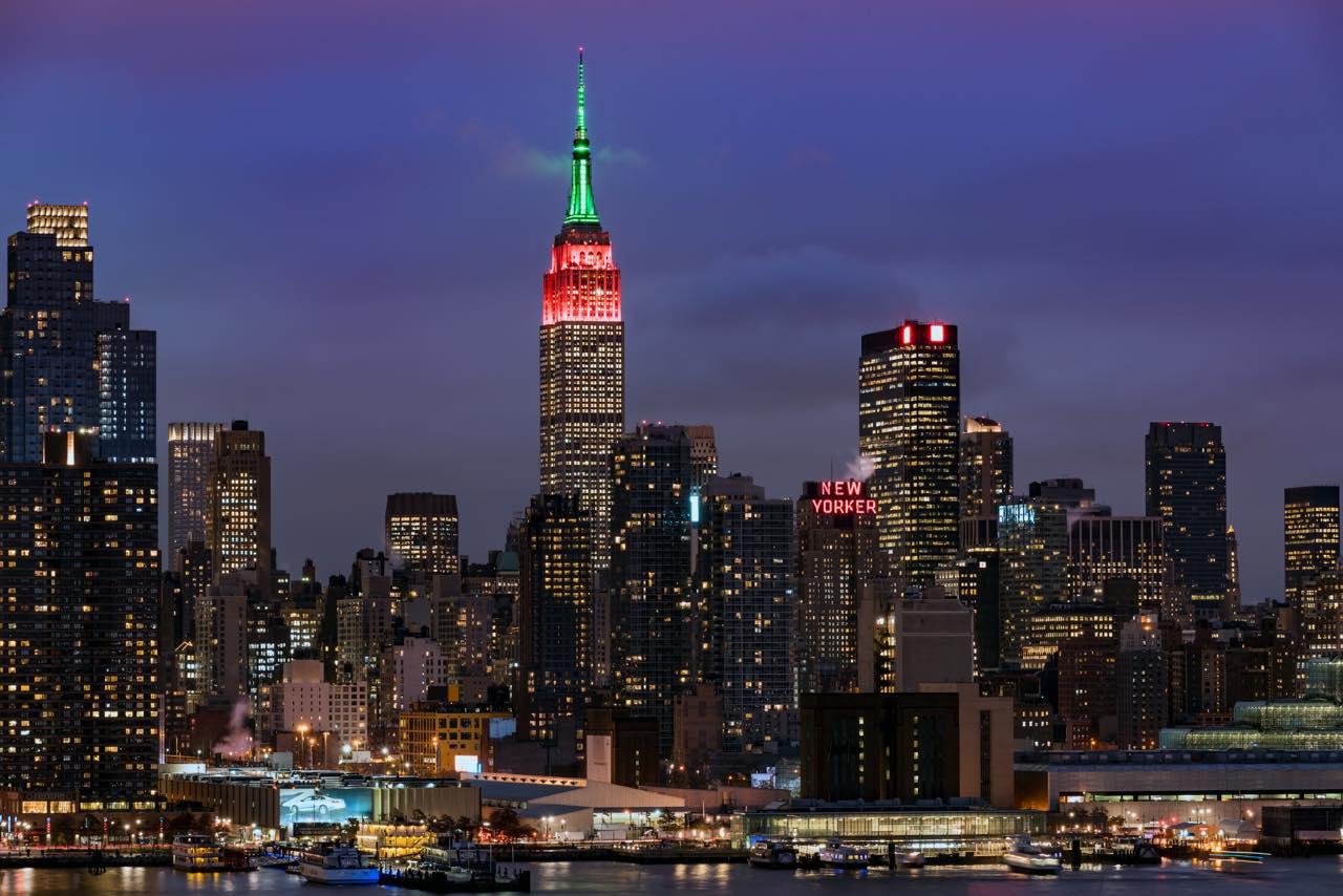 画像: 季節や祝日、イベントごとにライティングが変わるのも見どころ  (c)PIXTA