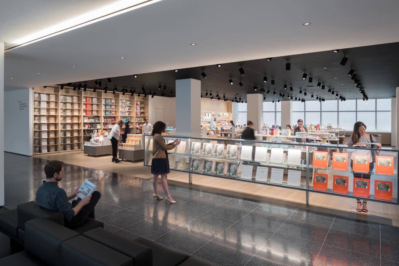 画像: 洗練されたフォルムと、ユニークなアイディアを活かした雑貨が並びます (c)The Museum of Modern Art New York