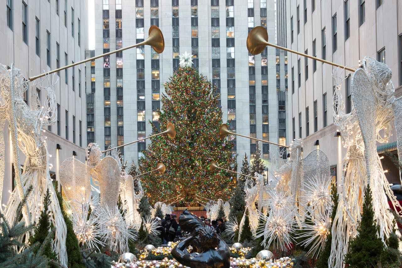 画像: このビルのクリスマスツリーはニューヨークの冬の風物詩 (c) NYC & Company