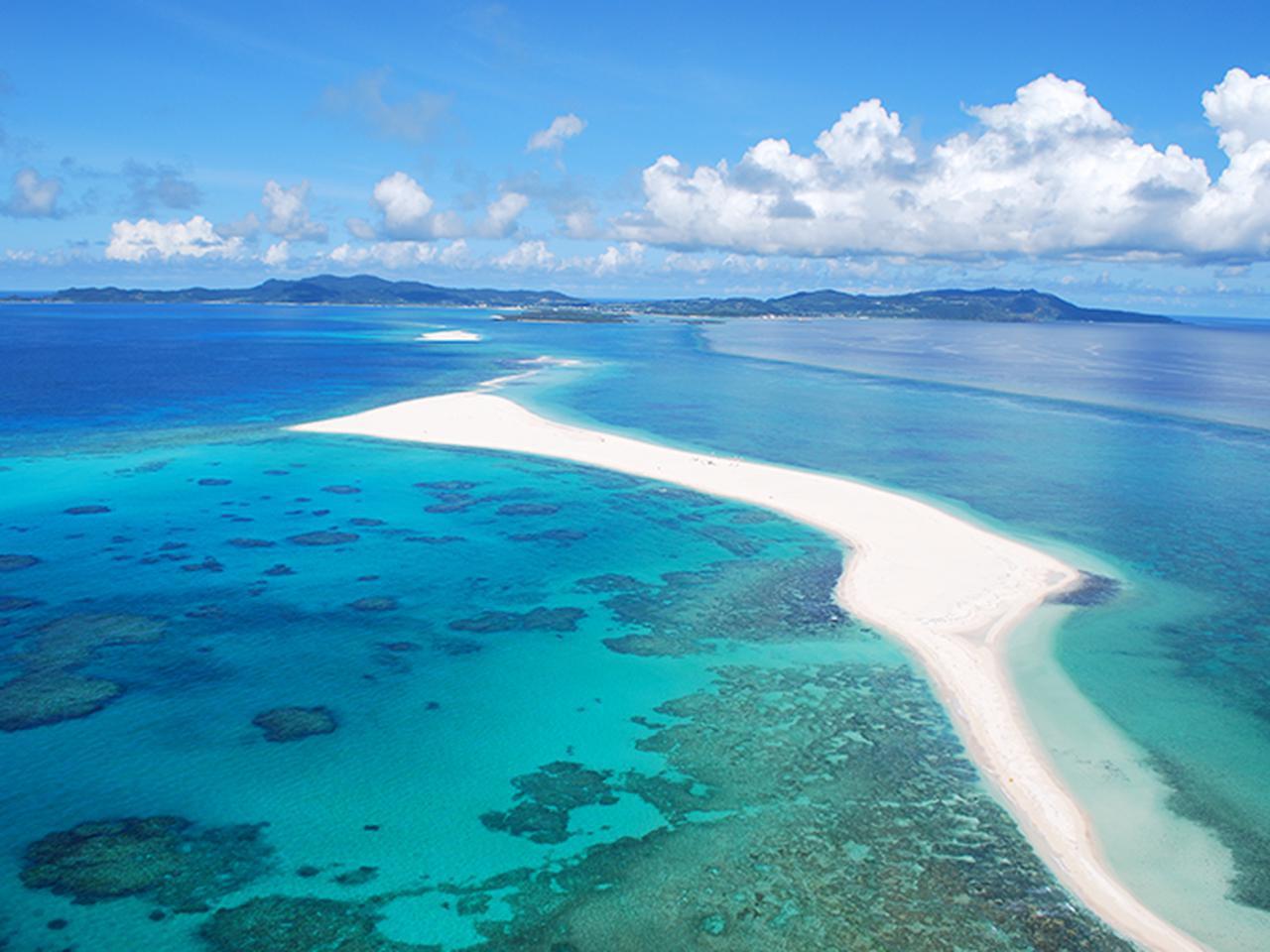 画像: 青い海と空、白い砂浜が美しい、球美の島・久米島