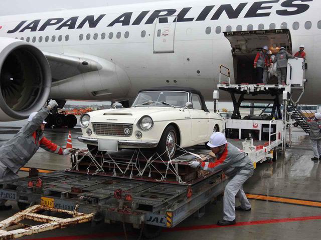 画像1: 空の旅は愛車とご一緒に。クラシックカーまで運ぶ航空貨物という仕事