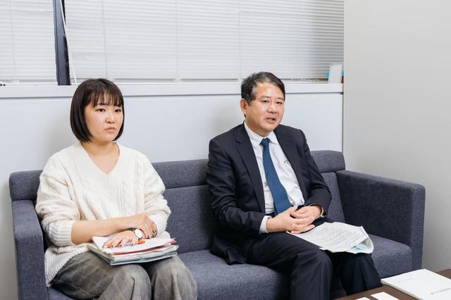 画像: 外務省へ。上薗英樹さん(右)と佐藤美貴さん(左)