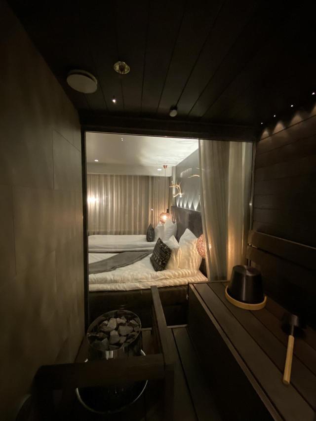 画像: サウナ室内からベッドルームを見たところ