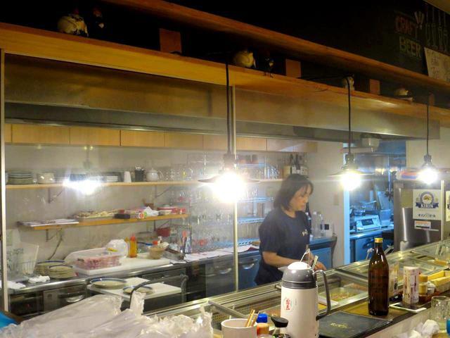 画像: 天井の高い、清潔感ただよう店内。女性のみのスタッフで切り盛りしている