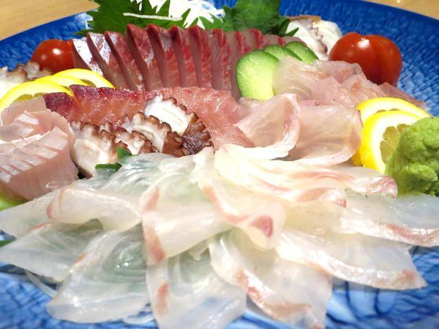 画像: お刺身盛り合わせ。地元の仙崎漁港などで採れた魚のお刺身。鮮度抜群。(ないことも)