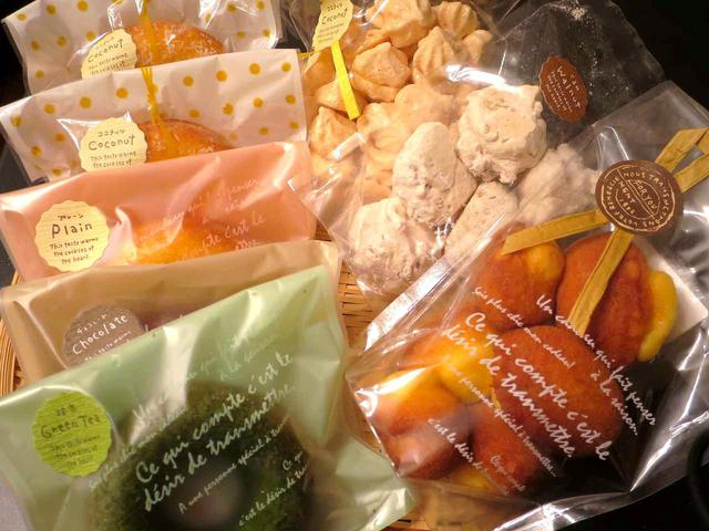 画像: プレーンやチョコレートなど数種類の焼ドーナツ、その他の焼き菓子なども販売している