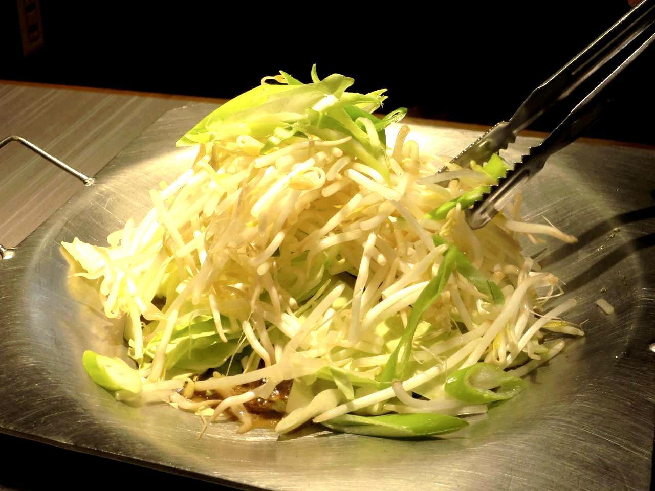 画像: とんちゃん鍋専用の鍋で牛ホルモンや野菜を炊く。卓上で完成するので、出来立てが