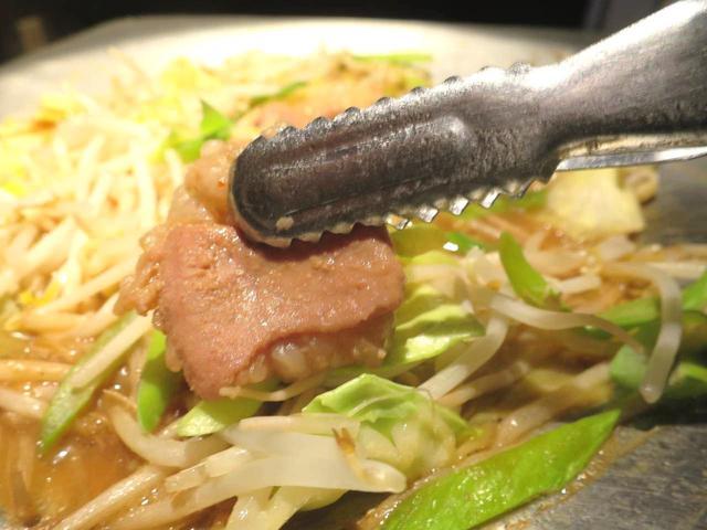画像: とんちゃん鍋。ぐつぐつ炊かれ、熱々で牛ホルモンと野菜、特製タレの旨みが味わえる