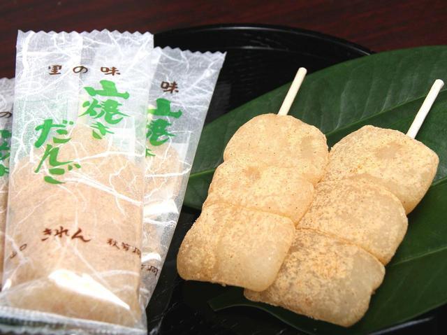 画像: やわらかいお餅に香ばしい香りのきな粉をまぶした串型のお菓子。老若男女問わず人気