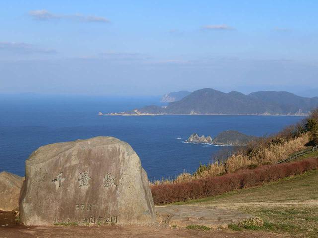 画像: 日本海の壮大なスケール感ただよう海や、青い空、草原の雰囲気に包まれた1軒
