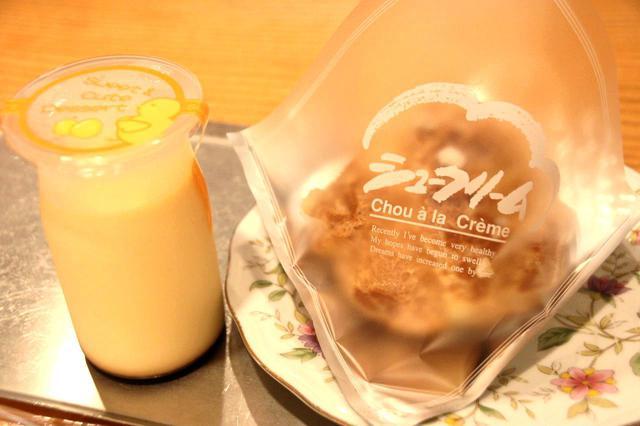 画像: 大評判のプリンとシュークリーム。イートインスペースも少しあり