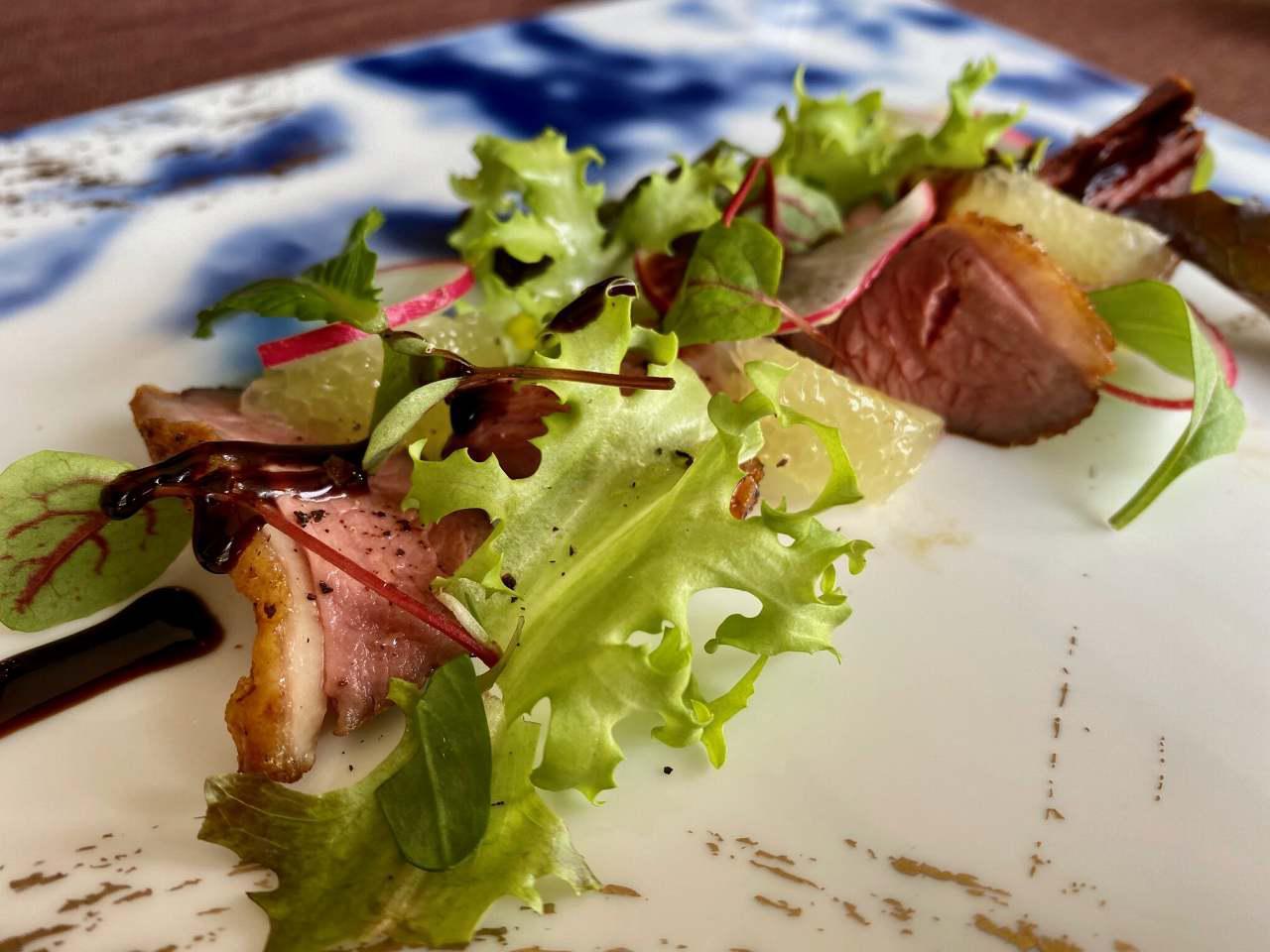 画像: 料理の一例。鴨胸肉を用いた一品