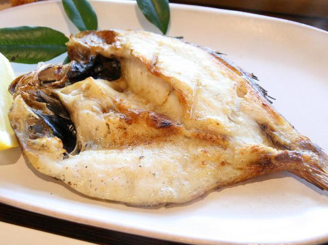 画像: まさに白身のトロと称されるほど脂ののった北浦産のどぐろが炭火焼きされ、超美味!