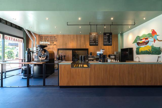 画像: インダストリアルな空間にドイツ製の焙煎機、そしてポップなアート。どれもが、コーヒーを楽しむ時間をよりスペシャルなものにしています。