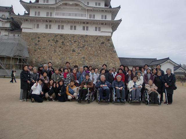 画像: 姫路城の前での集合写真