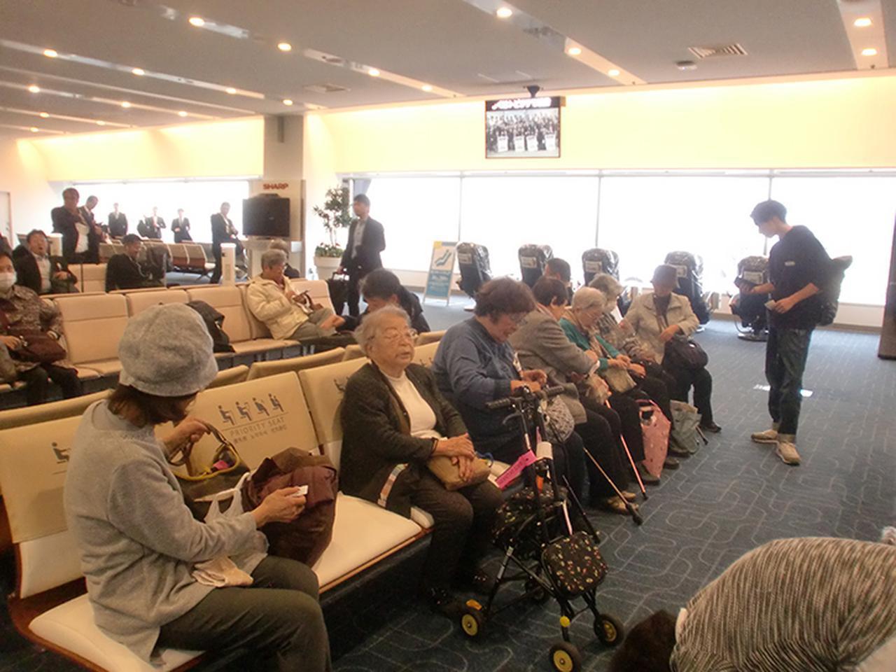画像: 飛行機に乗る前、搭乗口にて。久しぶりの飛行機旅行にワクワク。