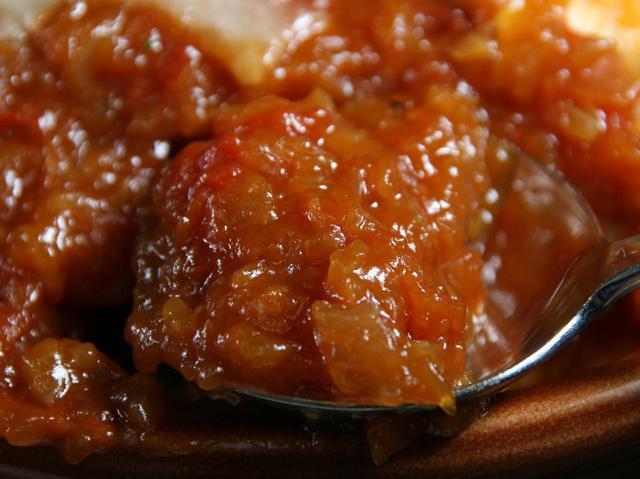 画像: 濃厚なトマトソース。甘みとトマトの酸味とほんのりピリ辛なテイストが一体化