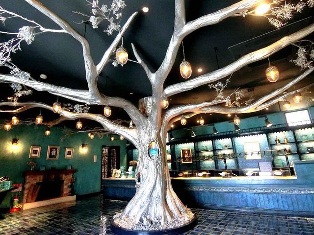 画像: 「PATISSERIE GINNOMORI」の店内はキラキラと輝き、大きな銀色の木のオブジェも!