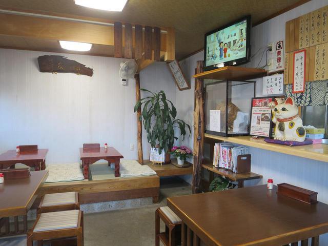 画像: 昭和の雰囲気が色濃く残る店内。昔ながらのメニュー表も掲示されていたり