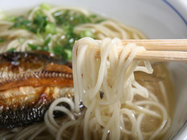 画像: するりとのど越しの良い中細ストレート麺は、スープとの相性もぴったり