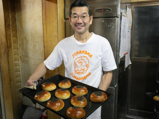 画像: 3代めの髙木芳継さん。奥様やスタッフと共に日々パンを焼き続ける