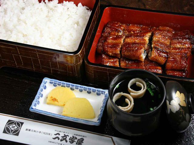 画像: 長焼きの「鶴長」。2段重ねに驚き、腹開きで蒸さずに焼き上げたサクッとした食感に唸る
