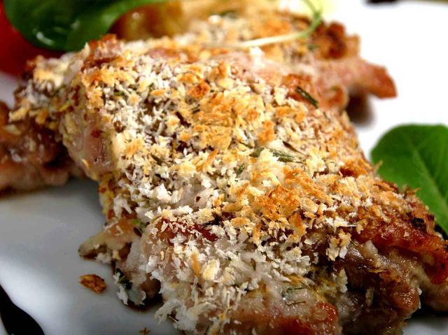 画像: 鶏肉はパン粉をつけて焼く。フライパン調理で、手作りの良さが活きる